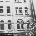 Am 1. Mai 1933 demonstrieren Mitglieder des Allgemeinen Deutschen Gewerkschaftsbunds zusammen mit den Nationalsozialisten, doch schon einen Tag später offenbart sich das wahre Gesicht des Terrors: SA und SS verwüsten reichsweit zahlreiche Gewerkschaftshäuser, hier in Leipzig.
