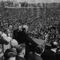 Oberbürgermeister Ernst Reuter am 1. Mai 1951 auf dem Platz der Republik in Westberlin.