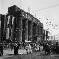 """Während des Ost-West-Konflikts wird dort am 1. Mai die """"Freiheit"""" beschworen, hier: Tauben vor dem geschmückten Brandenburger Tor 1954."""
