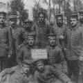 Der Feiertagsritus manifestiert sich schnell: Selbst im Ersten Weltkrieg begehen Soldaten den 1. Mai, hier ein Infanterie-Regiment 1915 in Frankreich.