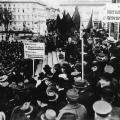 Für Frieden und soziale Gerechtigkeit: Philipp Scheidemann spricht am 1. Mai 1919 vor dem Reichstag in Berlin.