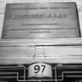 Gedenksteinenthüllung in Berlin 1960: Bronzetafel am Hauseingang des langjährigen Wohnorts von Bebel.