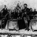 Gruppenaufnahme beim Gründungsparteitag der SPD in Halle 1890. August Bebel (Vordergrund, stehend) ist von 1892 bis zu seinem Tod 1913 Parteivorsitzender.