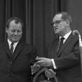 """SPD-Konferenz in Bad Godesberg im Jahr 1966: Herbert Wehner überreicht Willy Brandt zu dessen 53. Geburtstag eine """"Bebel-Uhr""""."""