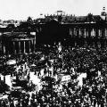 Kriegsbeginn 1914: Straßenszene vor dem Reichstag in Berlin.