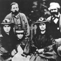 Familienanschluss: Friedrich Engels mit den Schwestern Jenny, Laura und Eleanor Marx und deren Vater Karl.