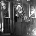 …als auch in der DDR wird das Jubiläum begangen. Kundgebung in der Berliner Staatsoper mit dem SED Funktionär Anton Ackermann.