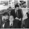 1948: Thomas im Gespräch mit dem SPD-Vorsitzenden Kurt Schumacher, der die Einrichtung des Ostbüros maßgeblich unterstützte (links von ihm Fritz Heine und Annemarie Renger).