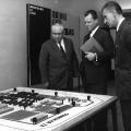 Der SPD-Vorsitzender Erich Ollenhauer, Willy Brandt und Stephan Thomas besuchen 1961 in West-Berlin eine Ausstellung über die SED-Diktatur.