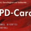 Im praktischen Portemonnaie-Format: die SPD-Card, die das mit historischen Erinnerungen verbundene Parteibuch jedoch nicht ersetzen konnte.
