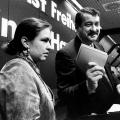 Während des Vereinigungsparteitags von west- und ostdeutscher SPD 1990 in Berlin händigt Hans-Georg Lorenz, langjähriges Mitglied des Berliner Abgeordnetenhauses,die neuen Parteibücher aus.