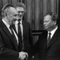 Eine Facette des Austauschs: Besuch des SED-Politbüros in Bonn im Jahr 1986 durch Hermann Axen bei Egon Bahr (links) und Karsten Voigt.