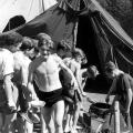 Essensausgabe im DGB-Zeltlager 1950 am Piepersee. Die Kinder und Jugendlichen lernen das gemeinsame Arbeiten.