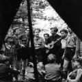 Hier bei einem Zeltlager 1951: Viele der Jugendlichen kommen aus der Stadt und werden durch die Sommerlager an die Natur herangeführt, lernen sie kennen und mit ihr zu leben.