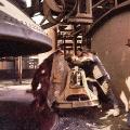 Gemeinsames Anpacken: Hüttenarbeiter kippen eine Lore im Neunkircher Eisenwerk aus.