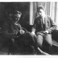 Im Vorstandsbüro 1925: Rudi Leeb und Fritz Heine helfen im Kassenwesen der Partei. Beide sind1933 maßgeblich daran beteiligt, einen Großteil des Barvermögens der SPD ins Ausland zu retten.