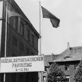 """Die West-SPD beschließt 1946 in den Hanomag-Werken auf ihrem ersten Nachkriegsparteitag die """"Kundgebung der SPD"""", die als Aktionsprogramm dient.<br> Bildrechte: Photo Service GNSBZ"""