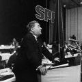 Carlo Schmid, führender Sozialdemokrat und Professor für Politische Wissenschaft, während seiner Rede auf dem SPD-Parteitag 1959 zur Verabschiedung des Godesberger Programms.<br> Bildrechte: AdsD