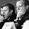 Das Godesberger Programm feiert 15-jähriges Jubiläum – Alfred Nau, Helmut Schmidt und Willy Brandt in der Stadthalle Bad Godesberg im November 1974.<br> Bildrechte: AdsD