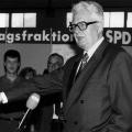 Hans-Jochen Vogel beim Rundgang über die Ausstellung
