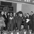 Doppeltes Jubiläum: Der Ortsverein Rothenburg  feiert 1965 seinen 100. Gründungstag und Ernst Felhinghauer (Mitte) erhält von Otto Fink die Ehrenurkunde für 50 Jahre Parteimitgliedschaft.