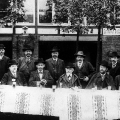 …den Revisionismusstreit innerhalb der SPD auslöste. Ihren Höhepunkt erreichten die Diskussionen um das Endziel des Sozialismus auf dem Dresdner Parteitag von 1903, hier unter anderem August Bebel (sitzend 4.v.l.).