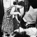 Bis in die 1950er Jahre arbeiten Frauen in Druckereien nur als Hilfskräfte, hier beim Zusammenkehren von Papierresten...