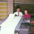 Angestellte am Großdrucker.