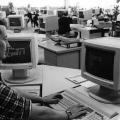 Die neue Arbeitswelt des Schriftsetzers: Computerarbeitsplatz im Großraumbüro (1984).