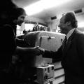 Willy Brandt besucht 1972 eine Druckerei.