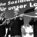 Zwei Generationen an einem Strang, Björn Engholm wird 1991 zum SPD-Vorsitzenden gewählt, Johannes Rau und Amtsvorgänger Hans-Jochen Vogel gratulieren.