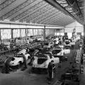 Stuttgart-Zuffenhausen ist damals wie heute der Produktionsstandort der Porsche AG. Hier zu sehen die Herstellung des Sportwagens 265 (1957).