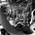 Arbeiter zwischen Maschinen: Eine Tapetenfabrik in Saarbrücken1965.
