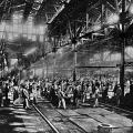 Krupp-Arbeiter beim Tiegelstahlguss 1880: Schwere körperliche Arbeit bei großer Hitze prägt den Alltag in einer Fabrik.