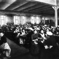 Gemeinsames Essen im Speisesaal einer Schokoladenfabrik (1900).