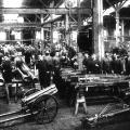 Fahrzeugfabrik Eisenach um 1910: Im Vorfeld des Ersten Weltkriegs wird die Produktion auf Rüstungsgüter und Kraftwagen für das Militär umgestellt.