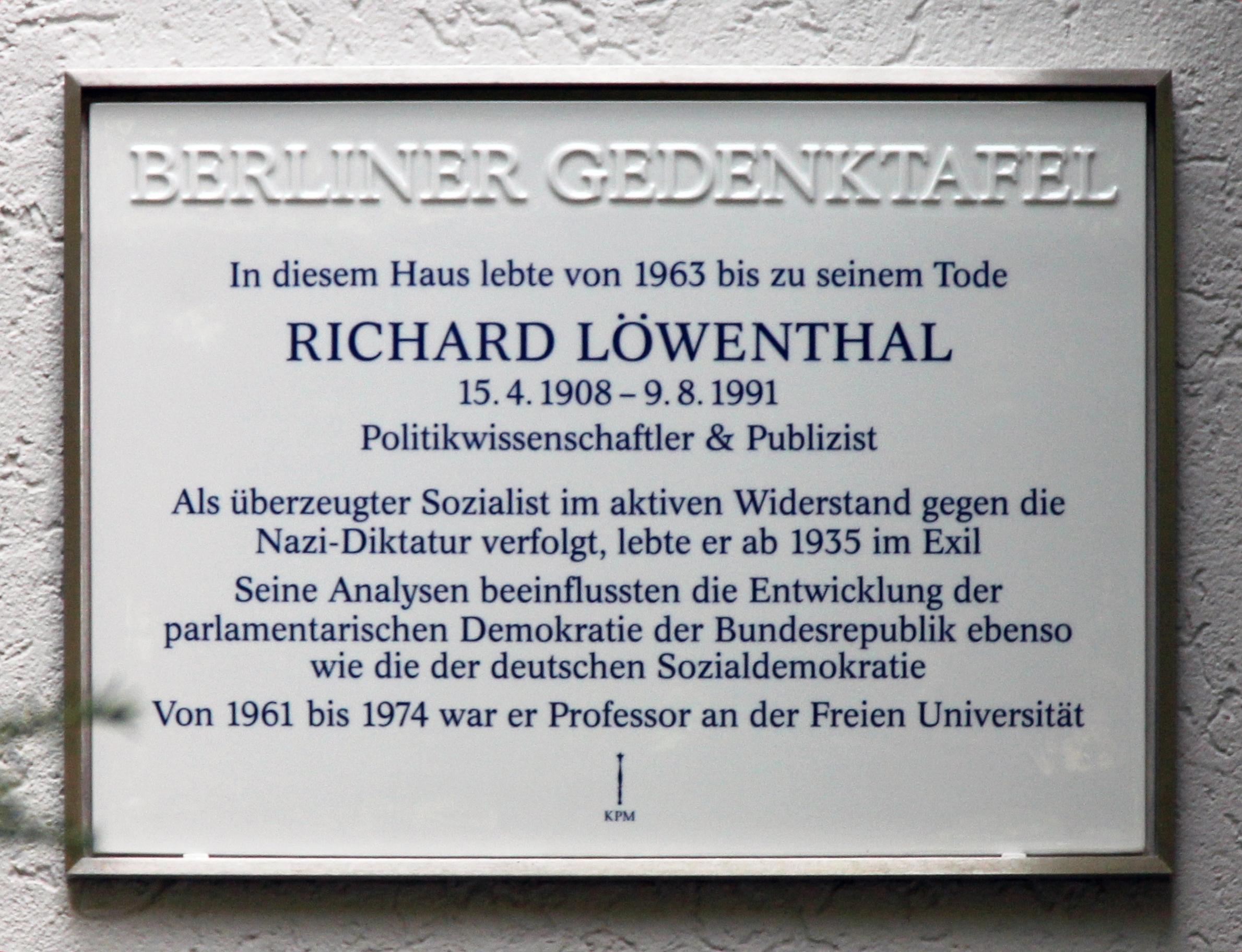 """Gedenktafel der Initiative """"Berliner Gedenkorte"""" für den Sozialdemokraten und Politologen Richard Löwenthal; Bildrechte: OTFW, Wikimedia Commons"""