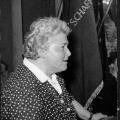 Herta Gotthelf, eine SPD-Politikerin und Redakteurin mehrerer SPD-Frauenzeitschriften, beim Internationalen Frauentag 1956 und …