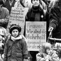 …demonstrieren in München Frauen und Kinder für ihre Rechte und machen so deutlich,…