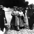 Clara Zetkin und Rosa Luxemburg auf dem Weg zum SPD-Parteitag 1910 in Magdeburg.