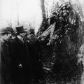 Nach der Niederlegung der Kränze auf dem Friedhof der Märzgefallenen wird insbesondere auf die Kranzschleifensprüche geachtet,...