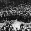 Friedrich Ebert stirbt am 28. Februar 1925 und wird in seiner Geburtsstadt Heidelberg beigesetzt.