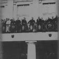 Am 11.August 1919 wird die neue Reichsverfassung verabschiedet. Auf dem Balkon des Nationaltheaters in Weimar bringt der zum Reichspräsidenten gewählte Friedrich Ebert ein Hoch auf die Republik aus.