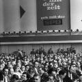 340 stimmberechtigte und 54 beratene Delegierte nehmen an dem Parteitag teil.