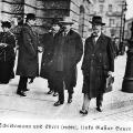 Das zähe Ringen um die Annahme des Versailler Vertrags: Reichsarbeitsminister Bauer, Reichspräsident Ebert und Ministerpräsident Scheidemann vor dem Reichstag.