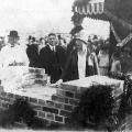 Gedenken an ein Vorbild: Louise Ebert, Witwe des Reichspräsidenten, und Gustav Bauer legen den Grundstein für die Friedrich-Ebert-Siedlung in Berlin-Wedding.