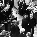 Nach seinem Tod am 7. Juli 1976 wird Gustav Heinemann mit einem Staatsakt geehrt. Der neue Bundespräsident Walter Scheel geleitet Hilda Heinemann in den Plenarsaal des Bundestags.