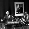 In der Erinnerung lebendig: Gedenkveranstaltung zum zehnten Todestag Gustav Heinemanns. Am Rednerpult: Heinz Kühn, Vorsitzender der Friedrich-Ebert-Stiftung.