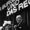Heinemann spricht auf dem SPD-Juristen-Kongress 1965 zum Thema: