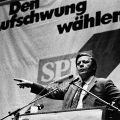 Schmidt im Landtagswahlkampf 1975 in Nordrhein-Westfalen, wo ebenfalls die sozial-liberale Koalition fortgesetzt wird.